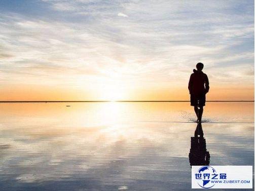 世界最大的盐层笼罩荒原 乌尤尼盐沼能倒映出天空的场景