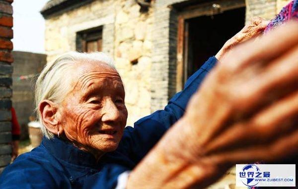中国最美婆婆 百岁老太照料七旬儿媳