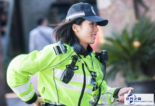 西湖边最美女警走红 泛滥男性游客纷纷排队合影