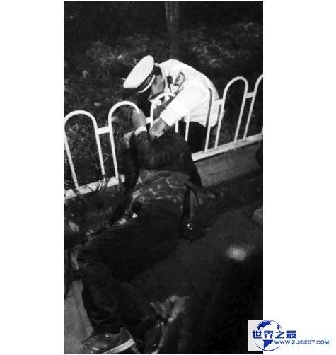 """交警跪地半小时救助头部被卡老人 网友纷纷称赞其为""""最帅警察"""""""